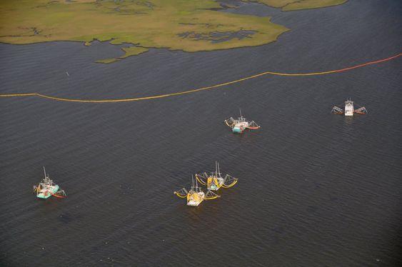 BALLETT? Amerikanske fiskebåter øver seg på oljeoppsamling  utenfor Alabama mens de venter på oljen.