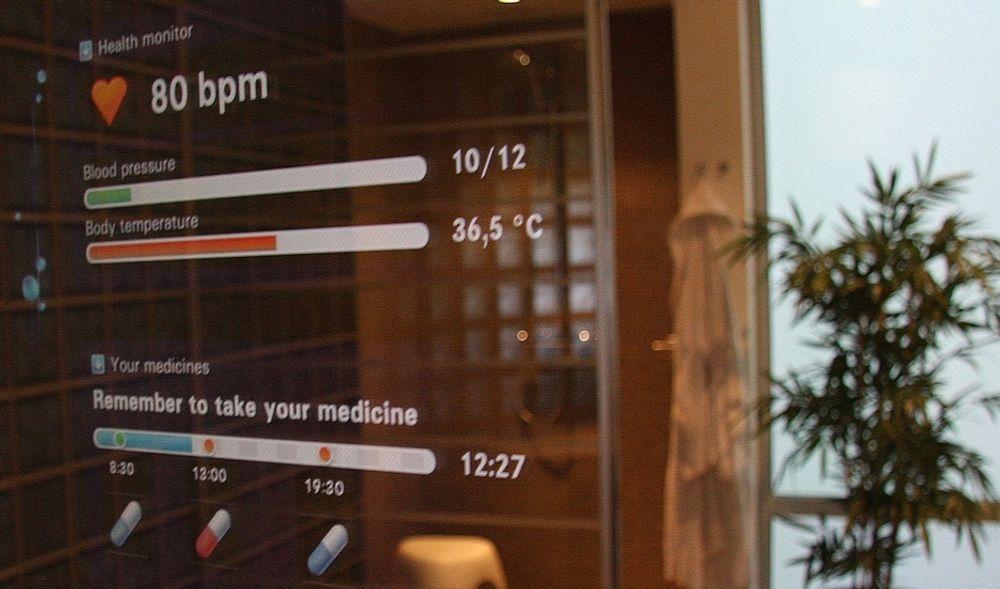 FREMTID: De tre selskapene skal sammen utvikle nye nettbaserte tjenester. Bildet er hentet fra et lignende prosjekt, Living Tomorrow, i Brussel og simulerer scanning av helseopplysninger som sendes fra baderommet over nettet til fastlegen.