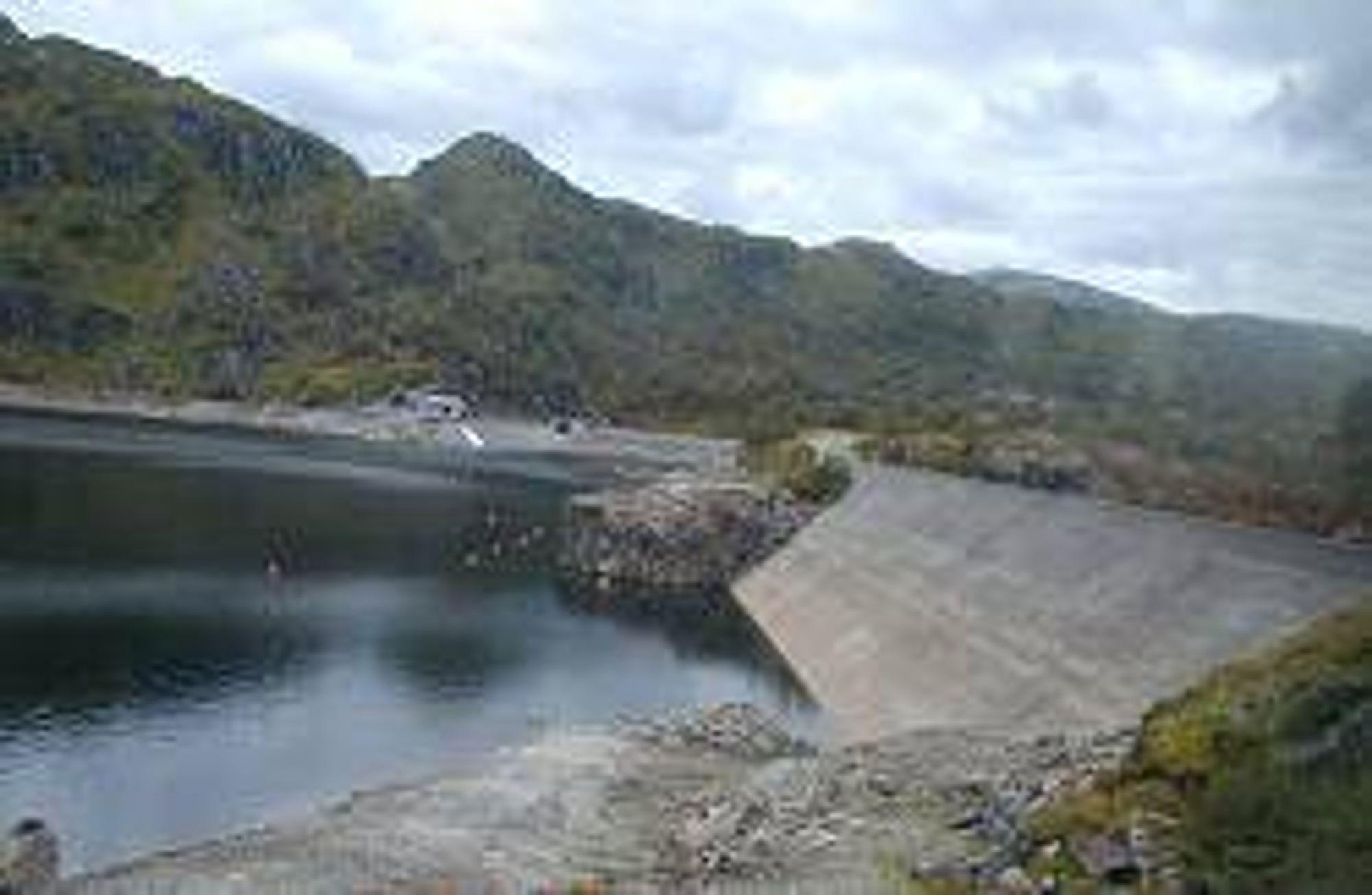 MER ENN NOK VANN: Bildet viser lav vannstand i et vannkraftmagasin, men dette er arkivbilde. Nå er magasinene proppfulle.