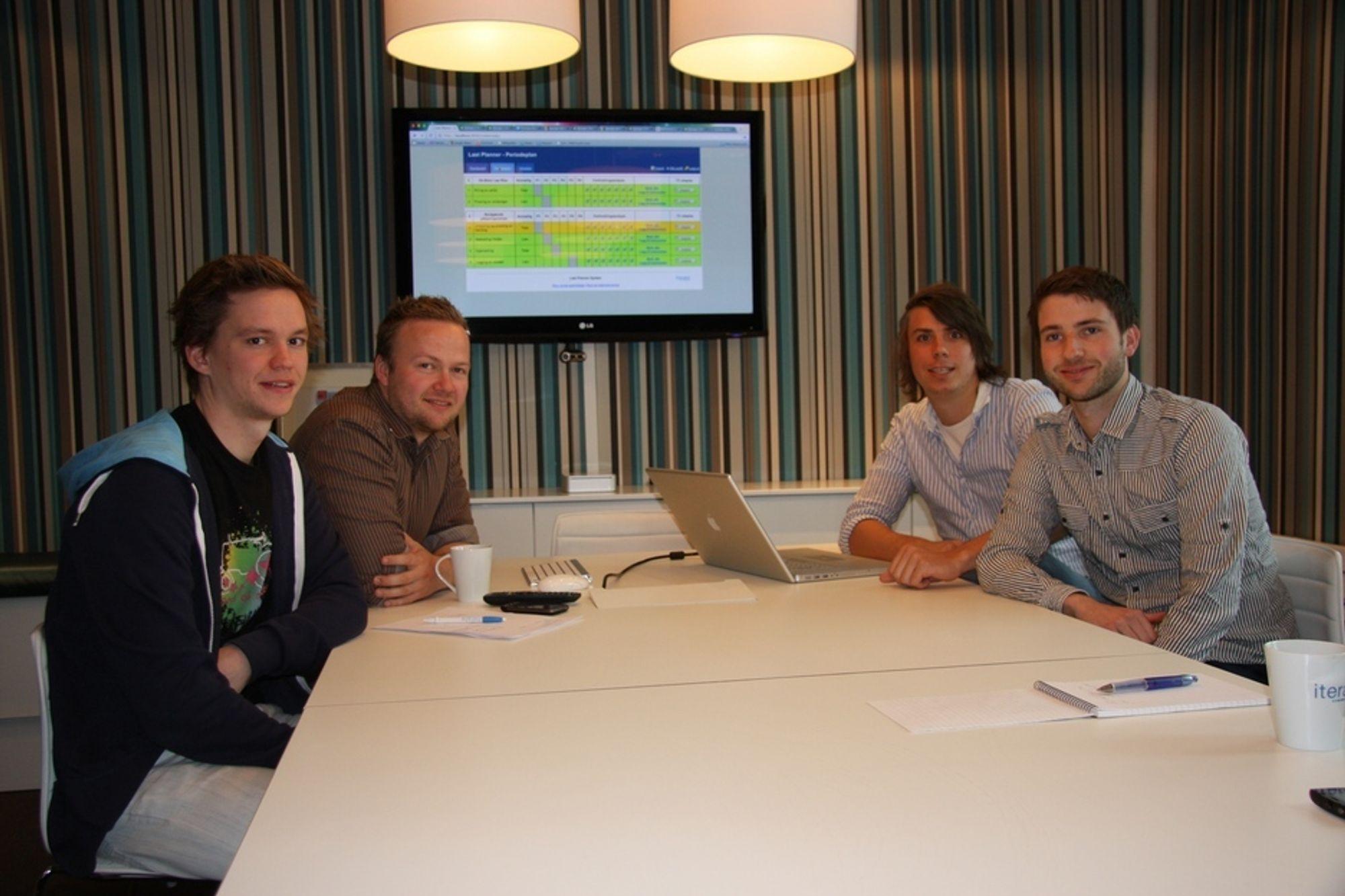I GANG: Foran en skjerm med det første utkastet til den nye programvaren sitter, fra venstre, Morten Weel Johnsen, Anders Haugeto, Kristian Klette og Pål Ruud.