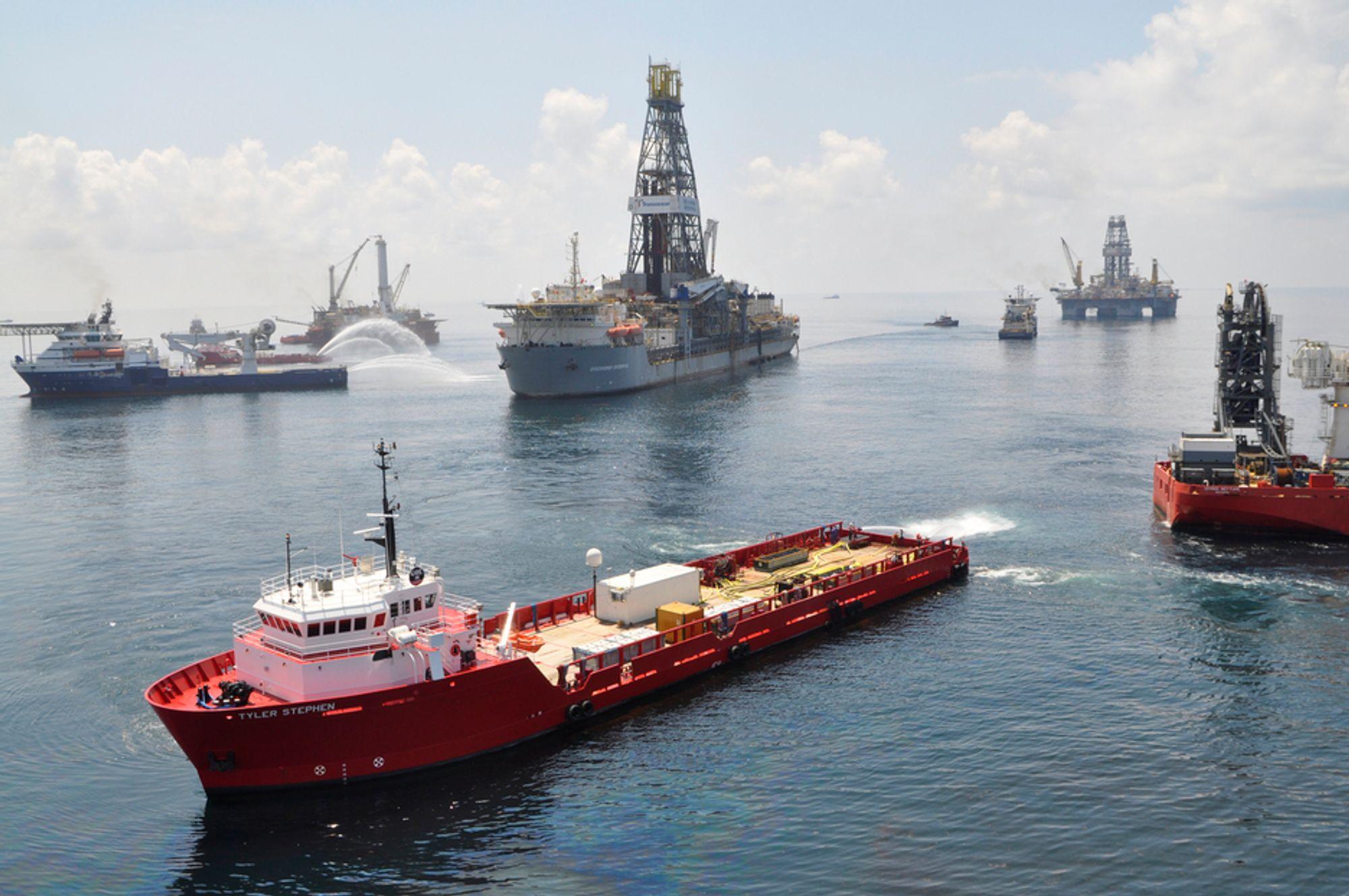 KATASTROFE: Skip og borerigger brukes til å bore avlastningsbrønner og samle opp mest mulig olje fra den mislykkede brønnen.