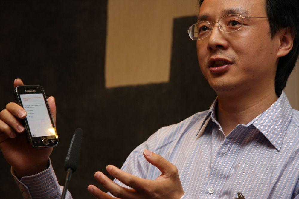 NETTSKAPER: Her demonstrerer Daoshan Li hvordan grensesnittet blir om eksempelvis landets postkontorer kobler seg opp mot hans mobil-kølappsystem. Prosjektet ble støttet med 100 000 kroner.