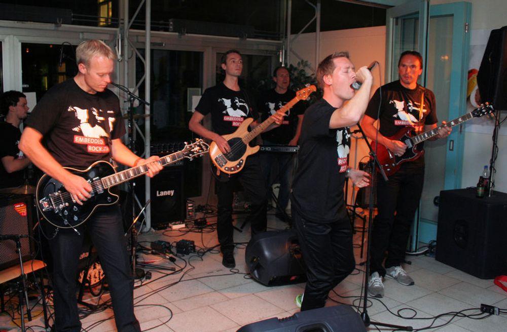 HUSBAND: Death Respons består av (fra venstre bak) Lars Tore Skau (trommer), Ola Nybakk (gitar), Kristian Audun Bergh (bass), Øyvind Milvang (keyboard), Henrik Kai Eriksen (vokal) og Rune Wahl (gitar).