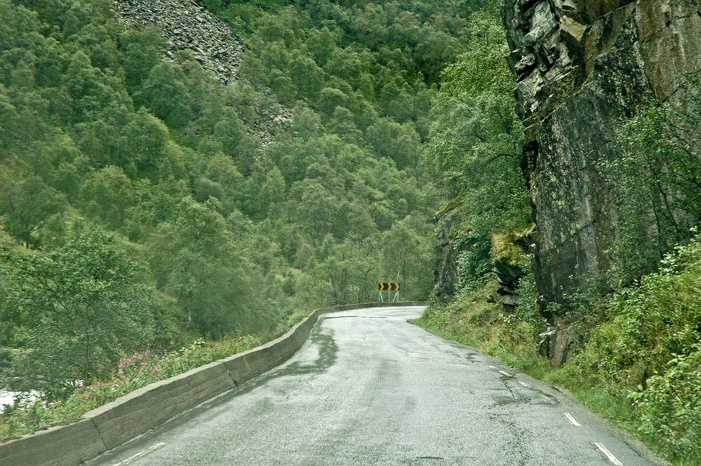 Dette er en del av E 16, hovedvegen mellom Norges to største byer. I 2014 blir det en ubetydelig lokalveg. E 16 flyttes inn i en 4 km lang tunnel. De som vil sprenge forskjæringene til den, må gi anbud innen 12. november.