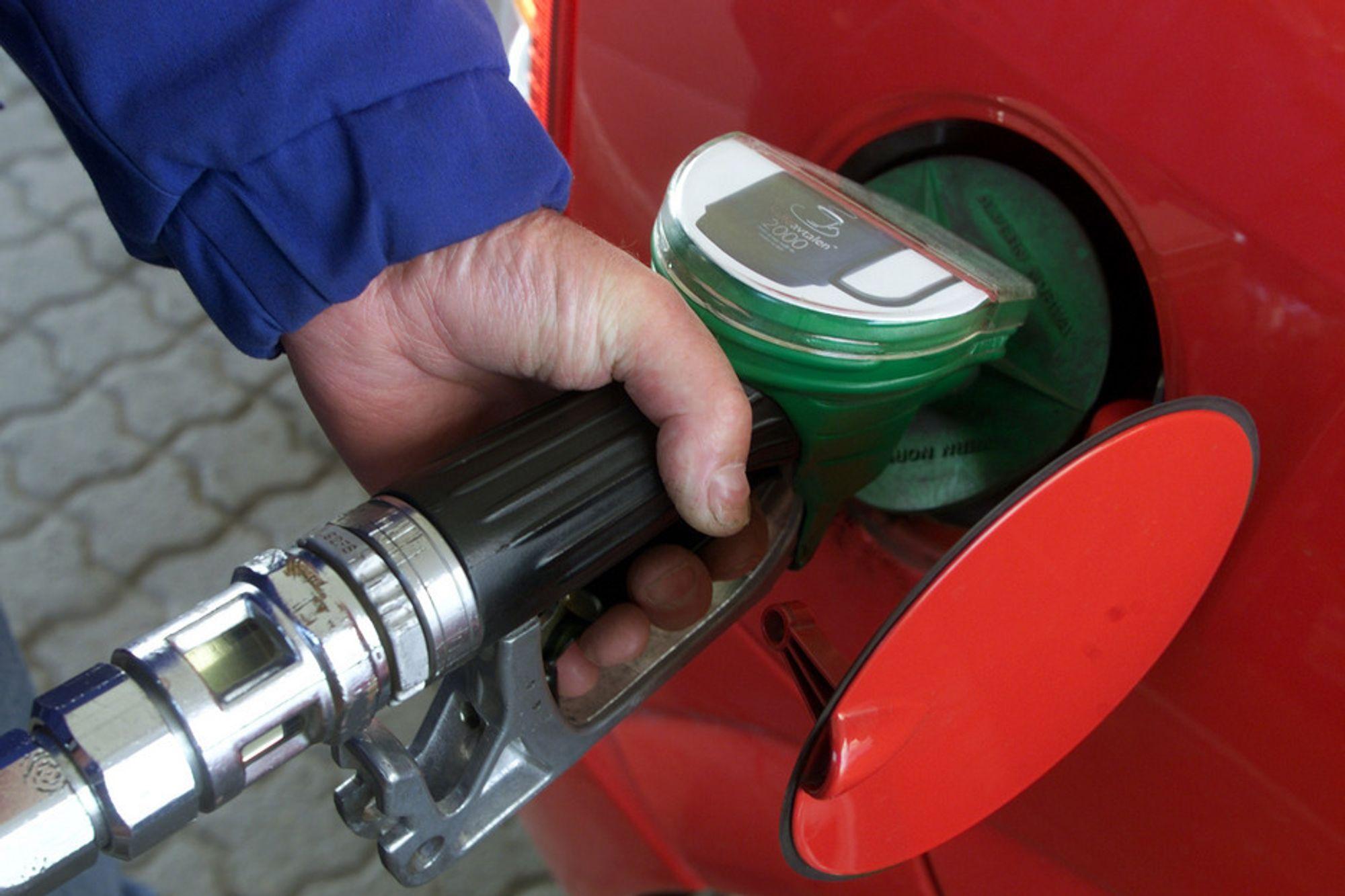 FYLLER PÅ: Dieselsalget økte med ti prosent i 2010. Også jetdrivstoff går så det griner. Norge har ikke brukt mer petroleum siden 1999, og er nå oppe i 62 millioner fat oljeekvivalenter. Det tilsvarer rundt 15 dagers petroleumsproduksjon, eller 34 dagers oljeproduksjon (1,8 mill. fat per dag).