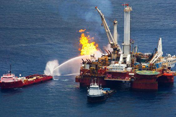 NØDLØSNING: Bildet viser hjelpeplattformen Q4000 som ble brukt under alle forsøkene på å sementere Macondo-brønnen. Flammene på bildet er avbrenning av overflødig gass fra brønnen.
