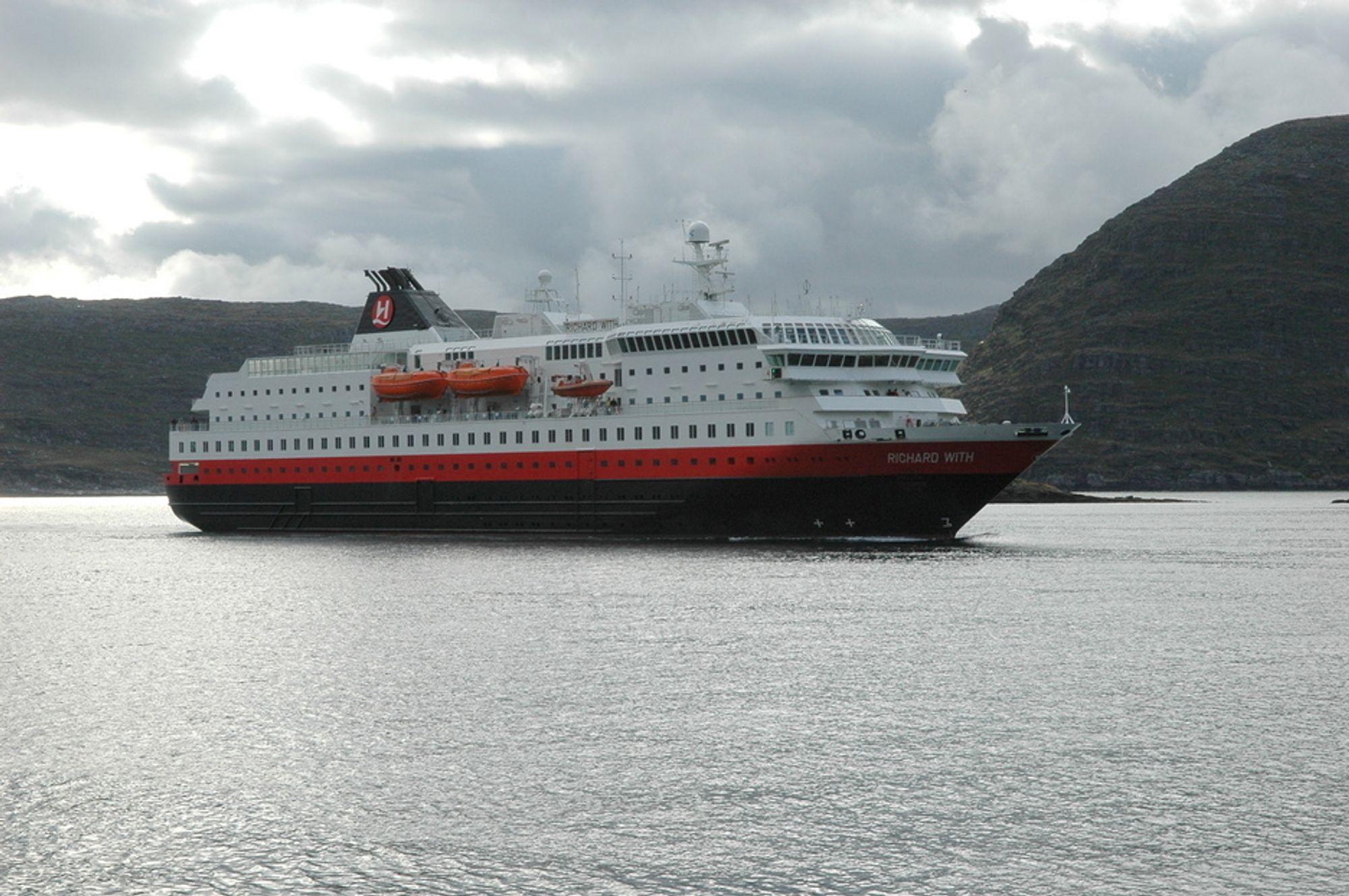 TIL KLIMAMØTE: Utenriksdepartementet velger å sende biler til klimamøte i Tromsø med Hurtigruten. Biler i Tromsø er ikke tilfredsstillende. Bildet viser hurtigruteskipet Richard With.
