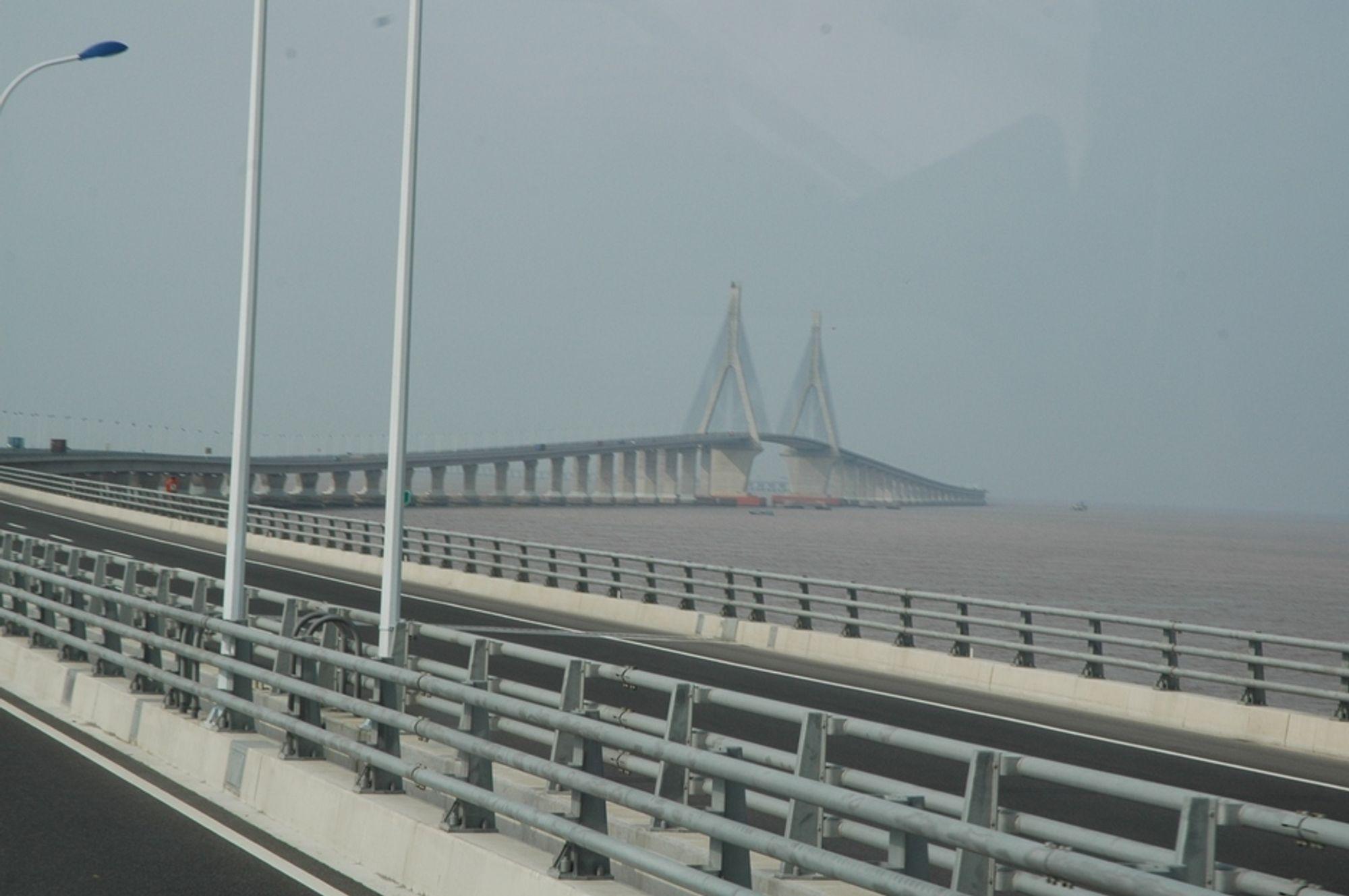 EX-REKORD: Donghai bridge er 32,5 km lang og var verdens lengste bro intil Hangzhou bridge åpnet i 2008, 35,6 km lang. Donghai forbinder Shanghai med Yangshan dypvanns kontainerhavn. Det lengste spennet, se bildet, er på 420 meter og tillater at selv store skip passerer under.