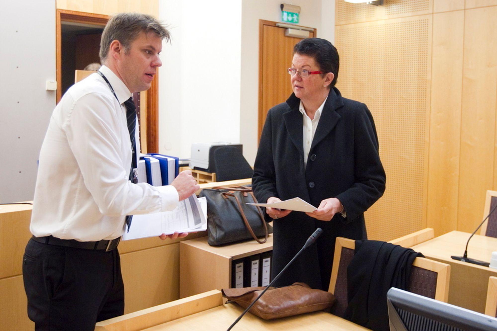Geir Kavlie er aktor, og Ellen Holager Andenæs er forsvarer for Siemens Business Services AS, som er anklaget for å ha overfakturert Forsvaret med 60 millioner i perioden 2000 til 2005. Siemens ble ilagt en bot på 9 millioner kroner som de ikke vedtok. Mandag startet rettssaken i Oslo tingrett.