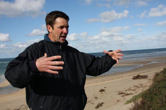 Guy Lavender, sjef for Wave Hub-prosjektet  I motsetning til Norge, er det svært vanskelig å få tillatelse til å sette noe på havbunnen for testing i britisk farvann. Wave Hub har sikret seg et område på 8 km2 der de har tillatelse til å sette ned utstyr i 25 år, uten å måtte søke hver gang.