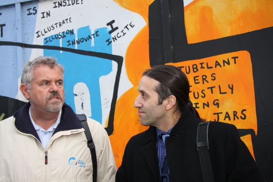 FORNYBARTRO: Chris Bramall fra Isle of Wight Council og Ivan Lima fra UK Trade & Invest ser med tilfredshet at regjeringen fortsetter satsing på prosjekter for fornybar energi.