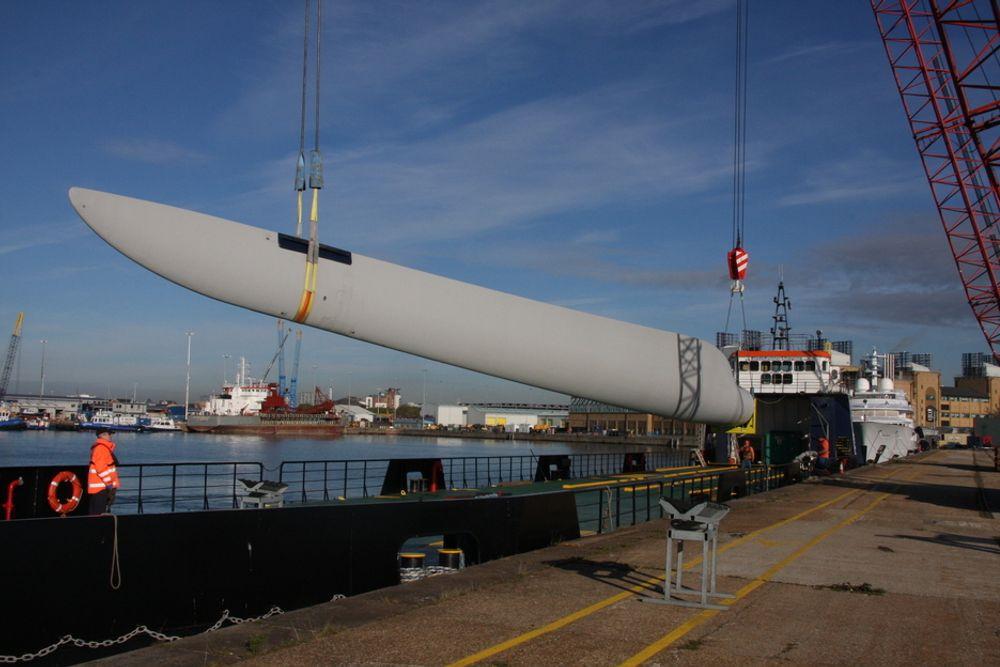 LØFT: To kraner løfter om bord et 40 meters vindturbinblad i spesialskipet Blade Runner II. Skipet er spesialdesignet med flat bunn og liten dypgang for å seile opp elva Medina til Vestas-anlegget på Isle of Wight.