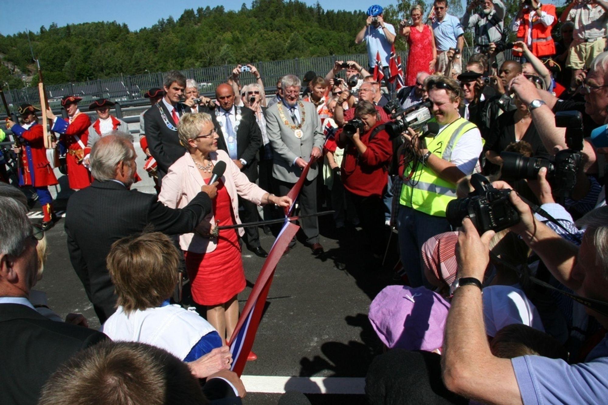 Samferdselsminister Liv Signe Navarsete åpner strekningen Bommestad - Langåker på E18 i Vestfold.