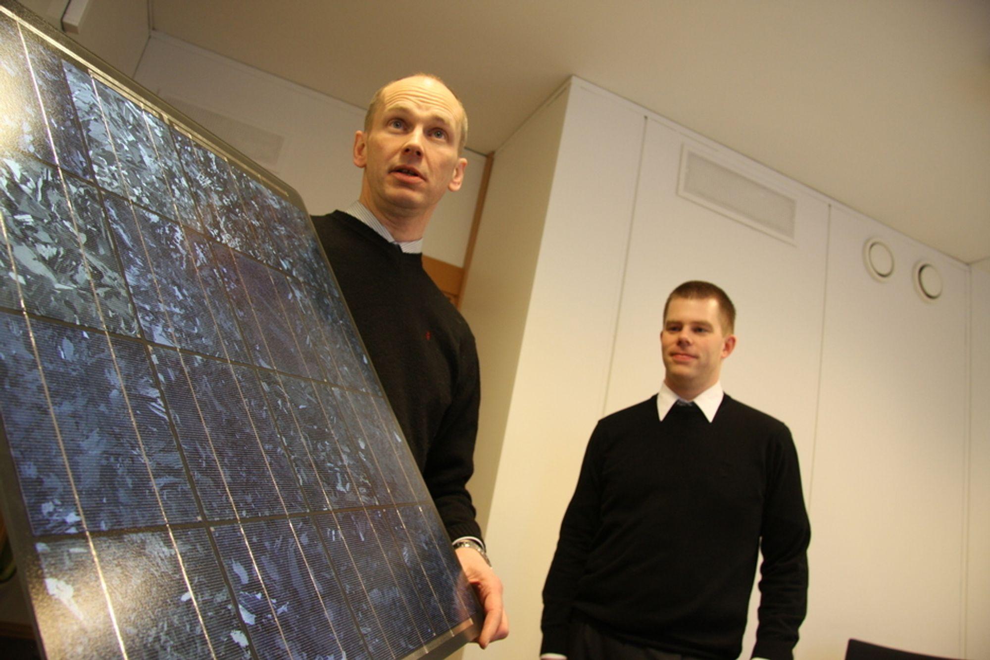 REPARERE: Thor Christian Tuv og Håvard Lillebo bygger industri av ødelagte solceller.