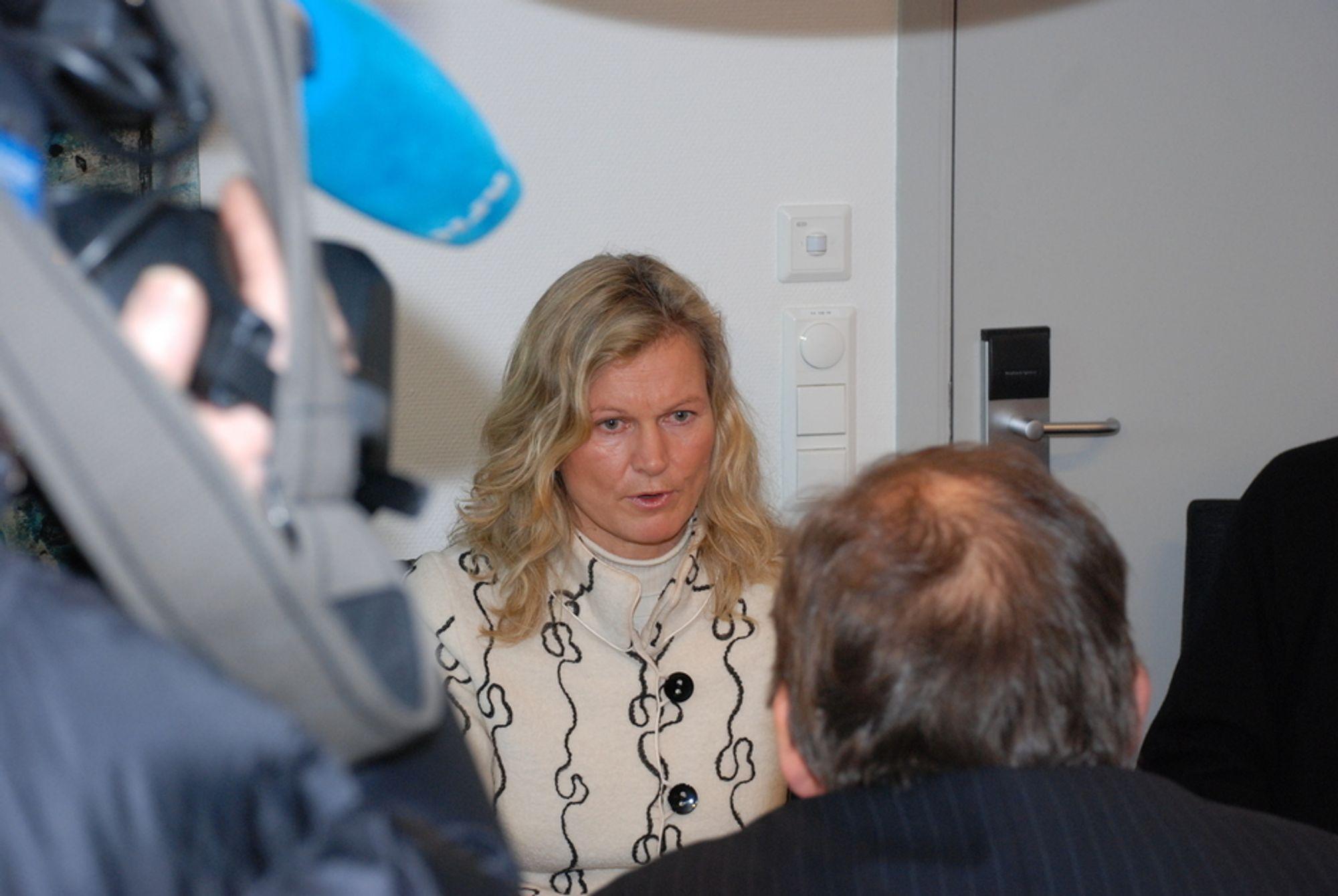 BER INNSTENDIG: - Utsett Sima-Samnanger i tre år, ber Kristin Krohn Devold i turistforeningen overfor energiministeren. Rapporter laget for foreningen sier at kraftlinjen er samfunnsøkonomisk ulønnsom, og at en oppgradering av dagens linje er bedre.