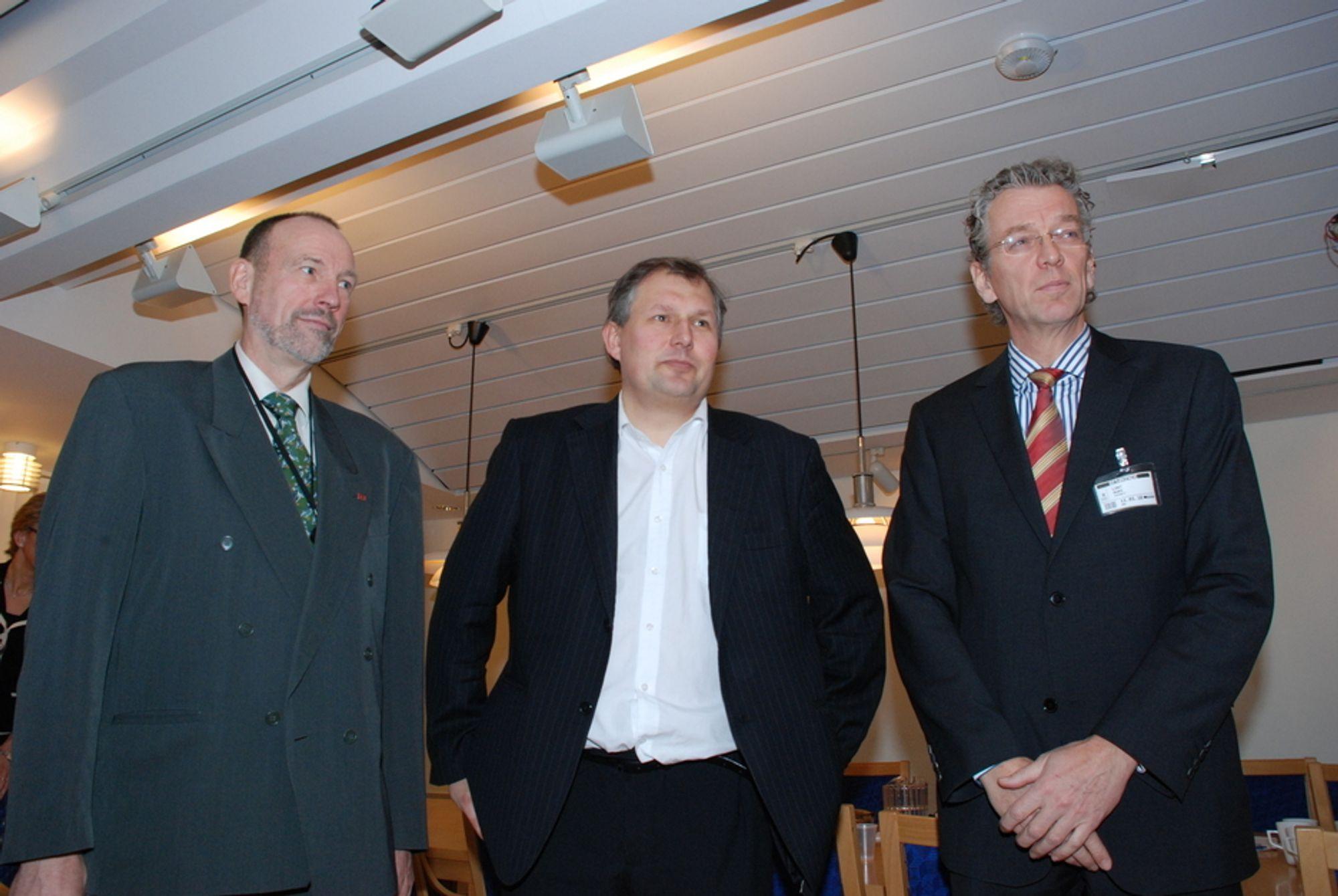 STRØMFØRERNE: Agnar Aas i NVE (t.v.) og Auke Lont i Statnett (t.h.) måtte i dag orientere energiminister Terje Riis-Johansen om de nye prisområdene og hva som skjer med strømprisene framover.