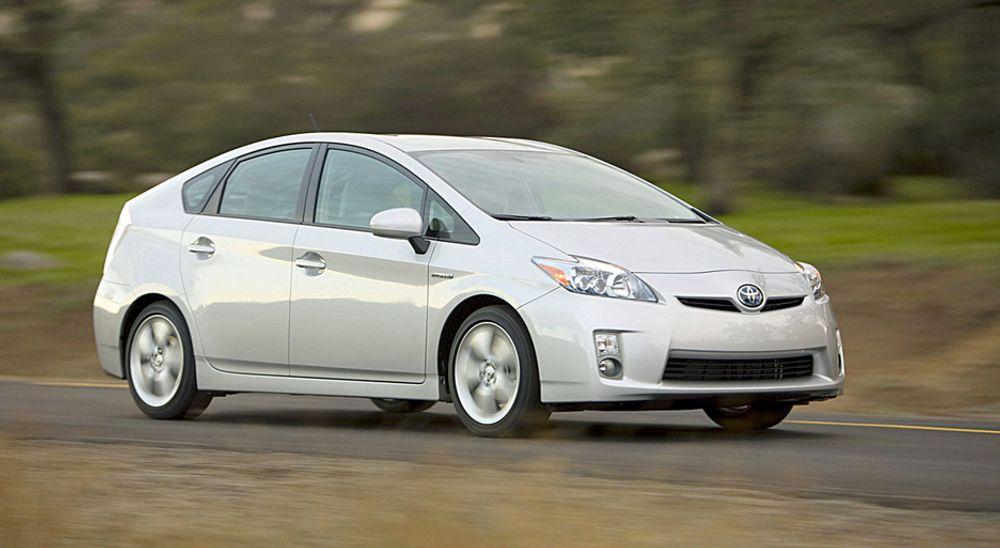Det var  en slik bil, en Toyota Prius, som ifølge sjåføren skal ha fått låst gasspedal i full fart på E18. Skadene tyder på at farten var heller lav.