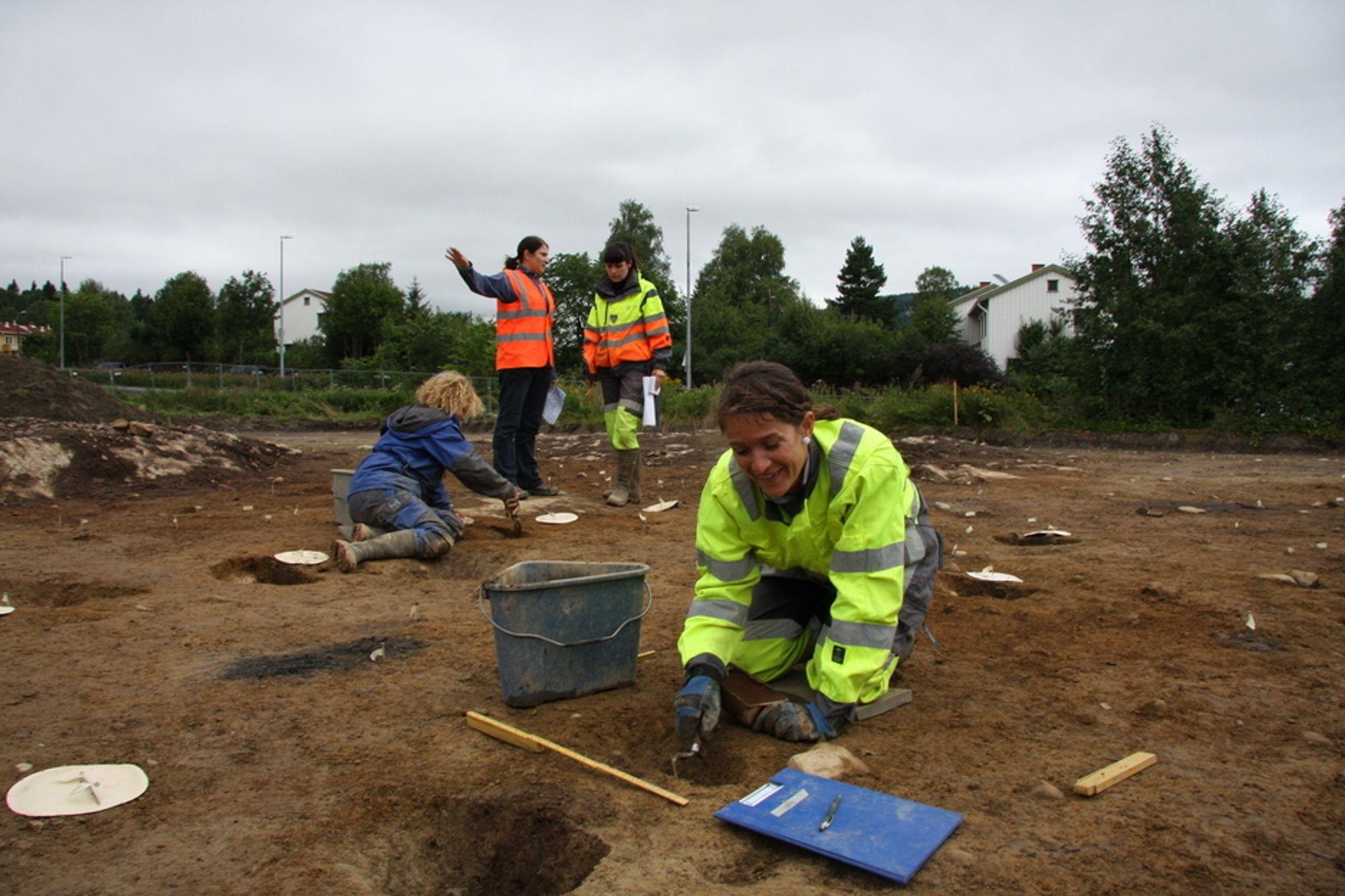 KULL: Doktorand i arkeologi, Lene Melheim, graver fram et stolpehull på Huseby. Stavene som holdt taket ble svidd i enden for ikke å råtne så fort. Derfor finner arkeologene kull i stolpehull som hjelper til å tidfeste bosettingen.