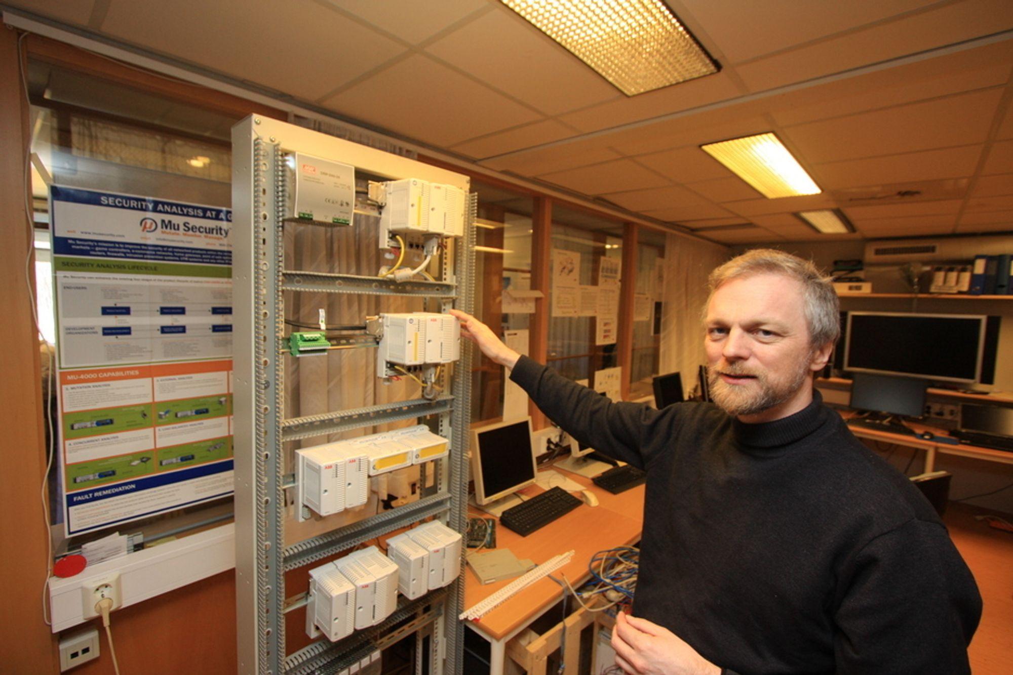 TRÅDLØS SENSOR: Kai Hansen hos ABB har vært med på å utvikle selskapets nye trådløse sensor for industrien.
