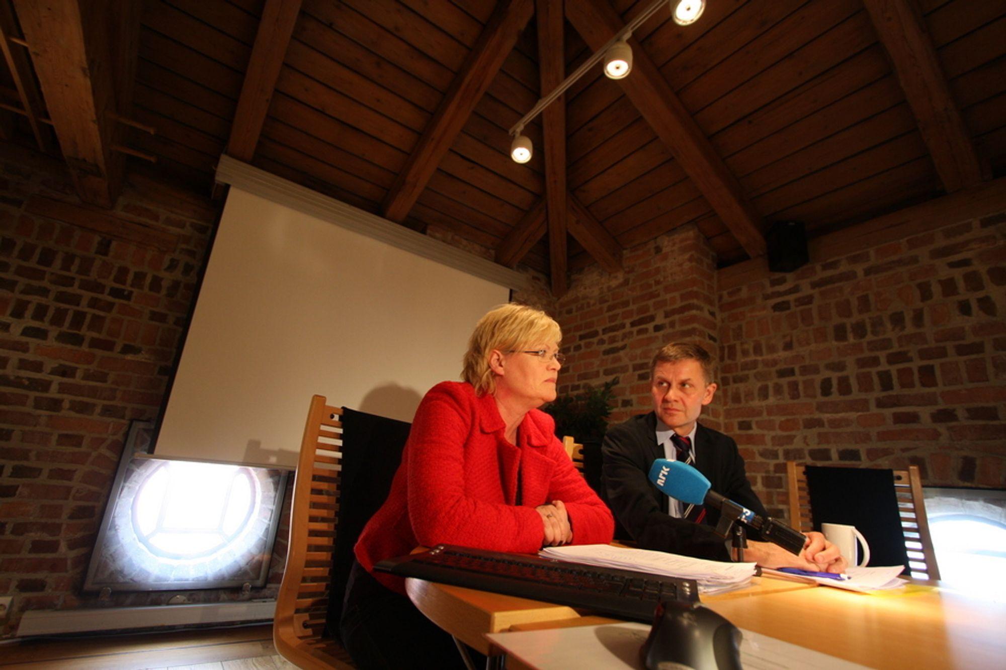 MILJØTEKNOLOGI: Utdanningsminister og SV-leder Kristin Halvorsen og miljøvernminister Erik Solheim presenterte regjeringens nye satsing. Industrien vil helst ha mer.