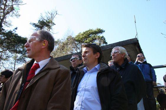 SPENTE: Teknisk direktør Kees van Wingerden (foran) og adm. dir. Øystein Larsen i Gexcon venter på eksplosjonen. - En gang pyro, alltid pyro, sier Larsen og smiler godt.