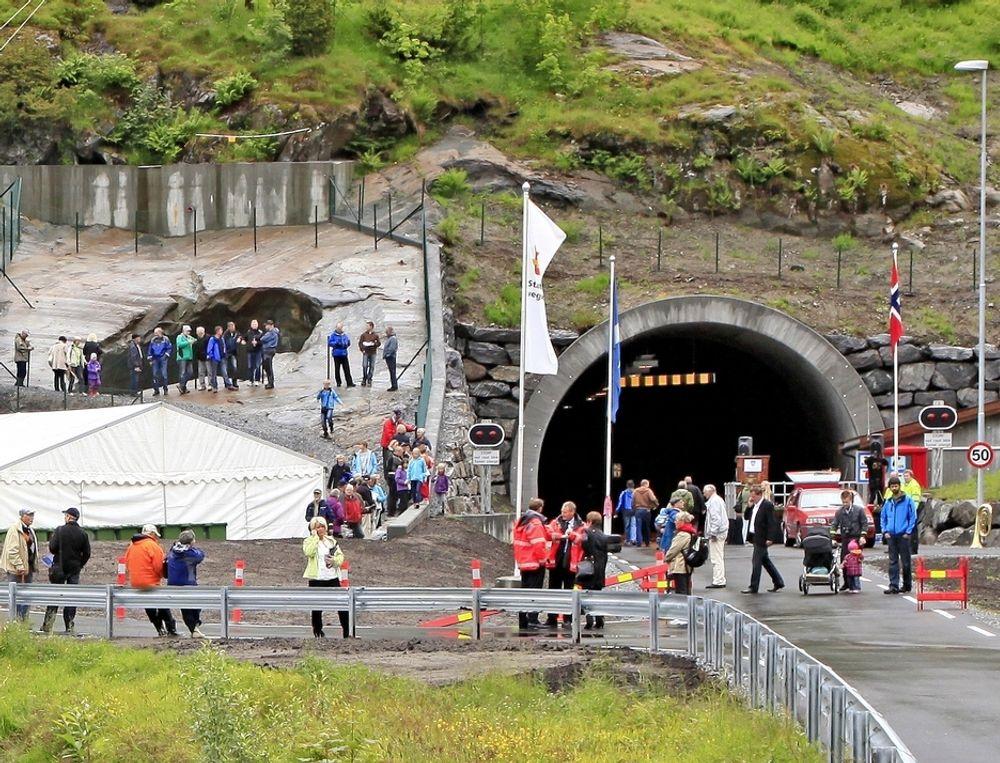Jettegryten til venstre for søndre portal har blitt en turistattraksjon.
