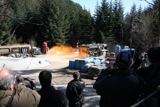 DEMO: Her kommer flammen fra en gasseksplosjon ut fra testkammeret til GexCon. Demoen ble gjort med 4,3 % propan og antent i motsatt ende av containeren. Trykket som oppsto var på 550 mbar og rystet de 80 tilskuerne godt.  Testen og virkningen var beregnet til minste detalj av Gexcon.