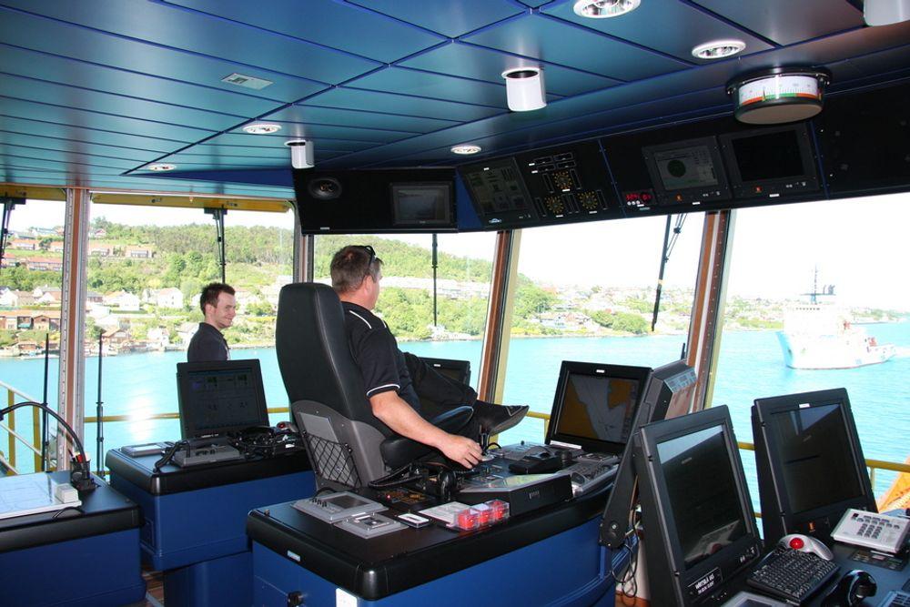 GASS:  Kaptein Steinar Steinsund og styrmann Jøran Edvardesen om bord på VikingLady. Skipet går på LNG og har i tilllegg en 320 kW brenselcelle om bord.