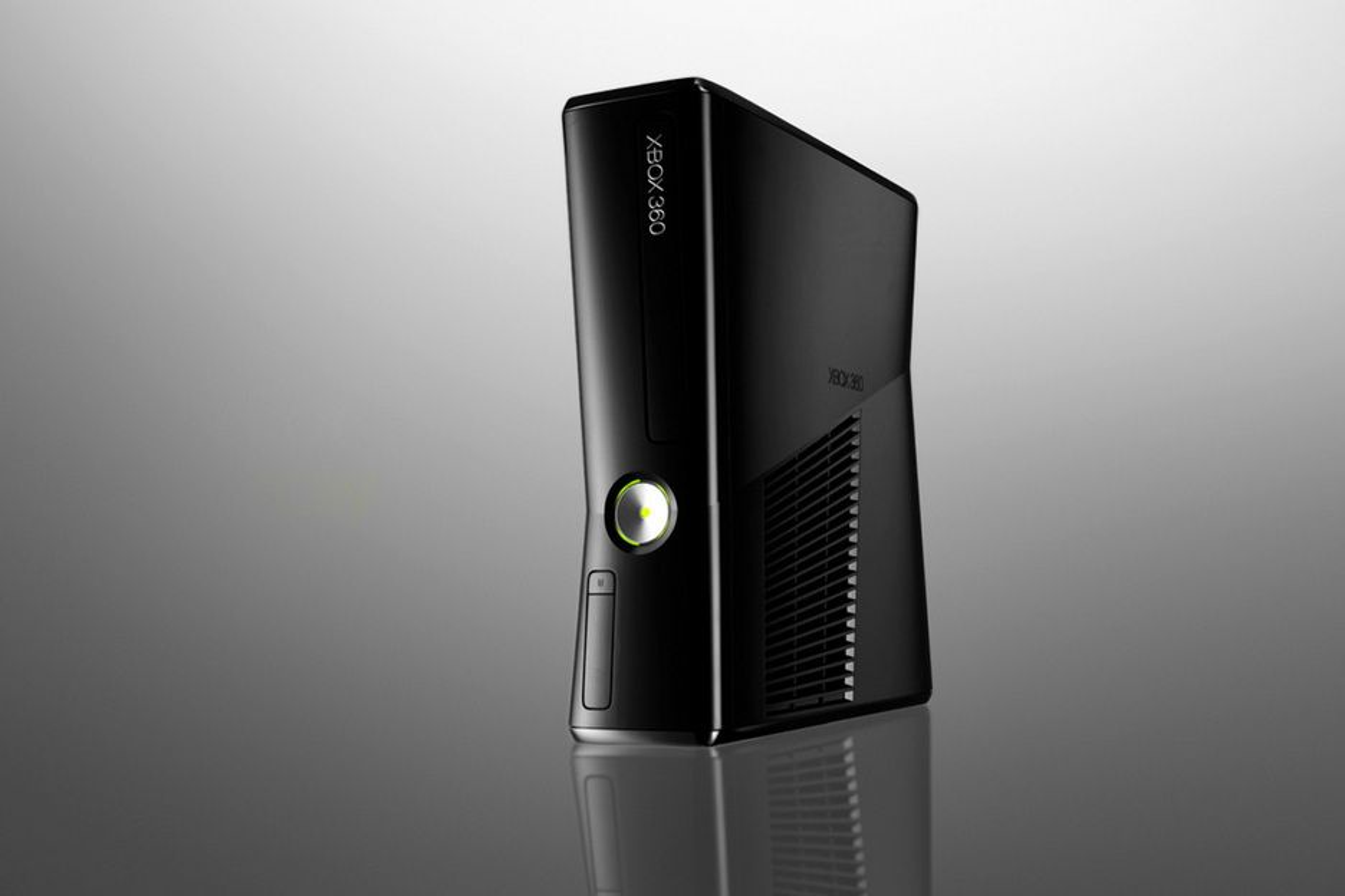 Nye Xbox har fått både harddisk og trådløs-brikke integrert og en glossy, svart farge.