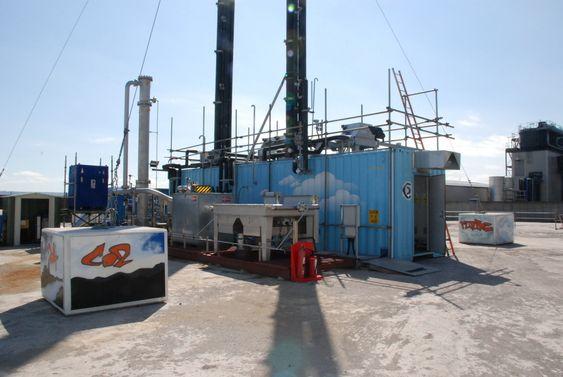 Her, ved siden av Storbritannias tredje største kullkraftverk i Longannet, ligger Aker Clean Carbons demonstrasjonsanlegg for CO2-fangst basert på aminteknologi. I ett år er teknologien testkjørt på anlegget.