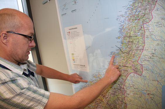 LANGT: Havariinspektør John Wilsgaard viser ulykkesstedet utenfor Mørekysten og funnstedete av det 10 kvadratmeter store stykket vede Rørvik. Hurtigbåten Sollifjell