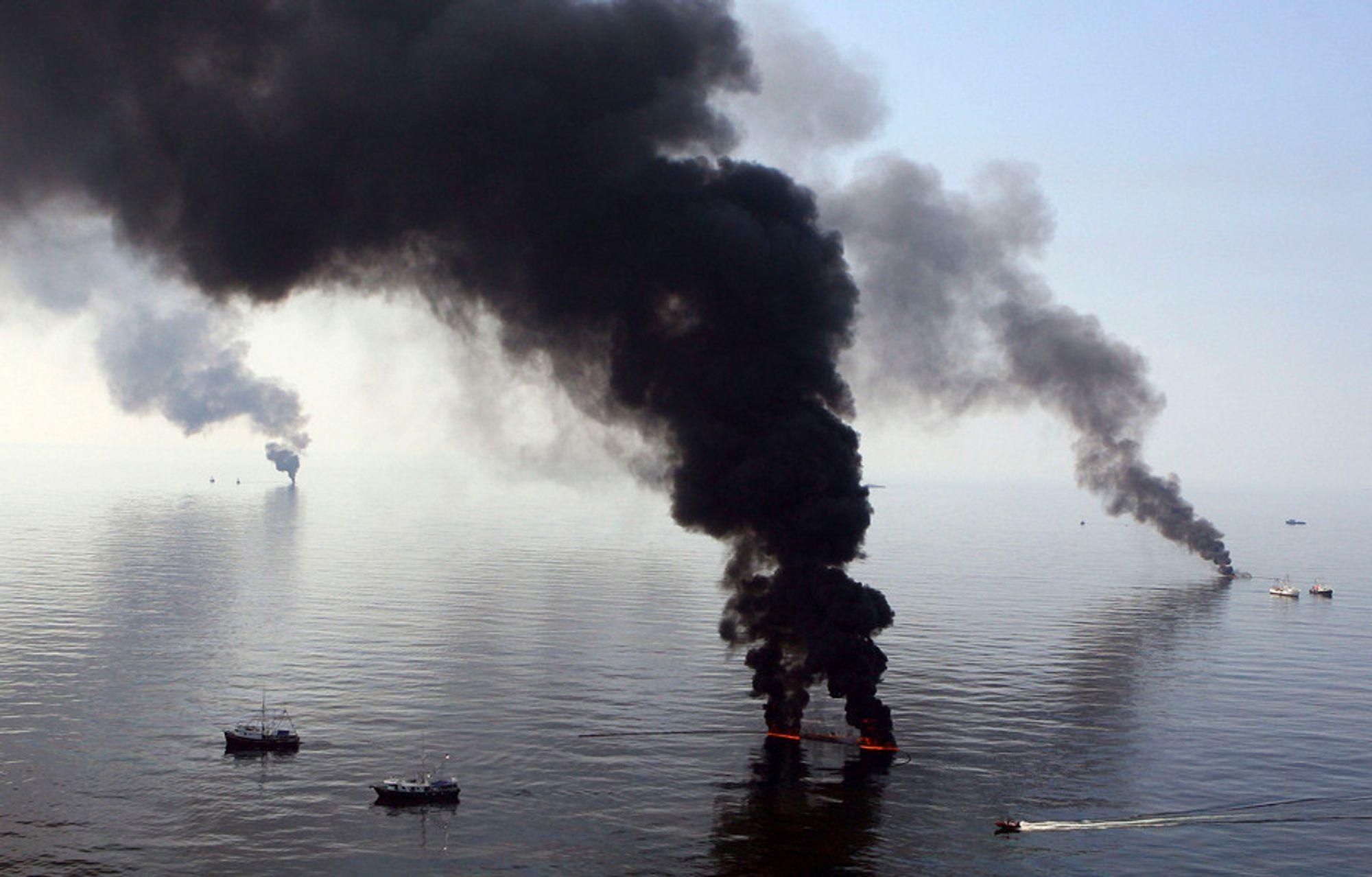 BP brenner oljeflak som har nådd havoverflaten utenfor kysten av Louisiana. Mandag opplyste BP at ulykken så langt har kostet selskapet 1,6 milliarder dollar, som tilsvarer cirka 10 milliarder norske kroner.