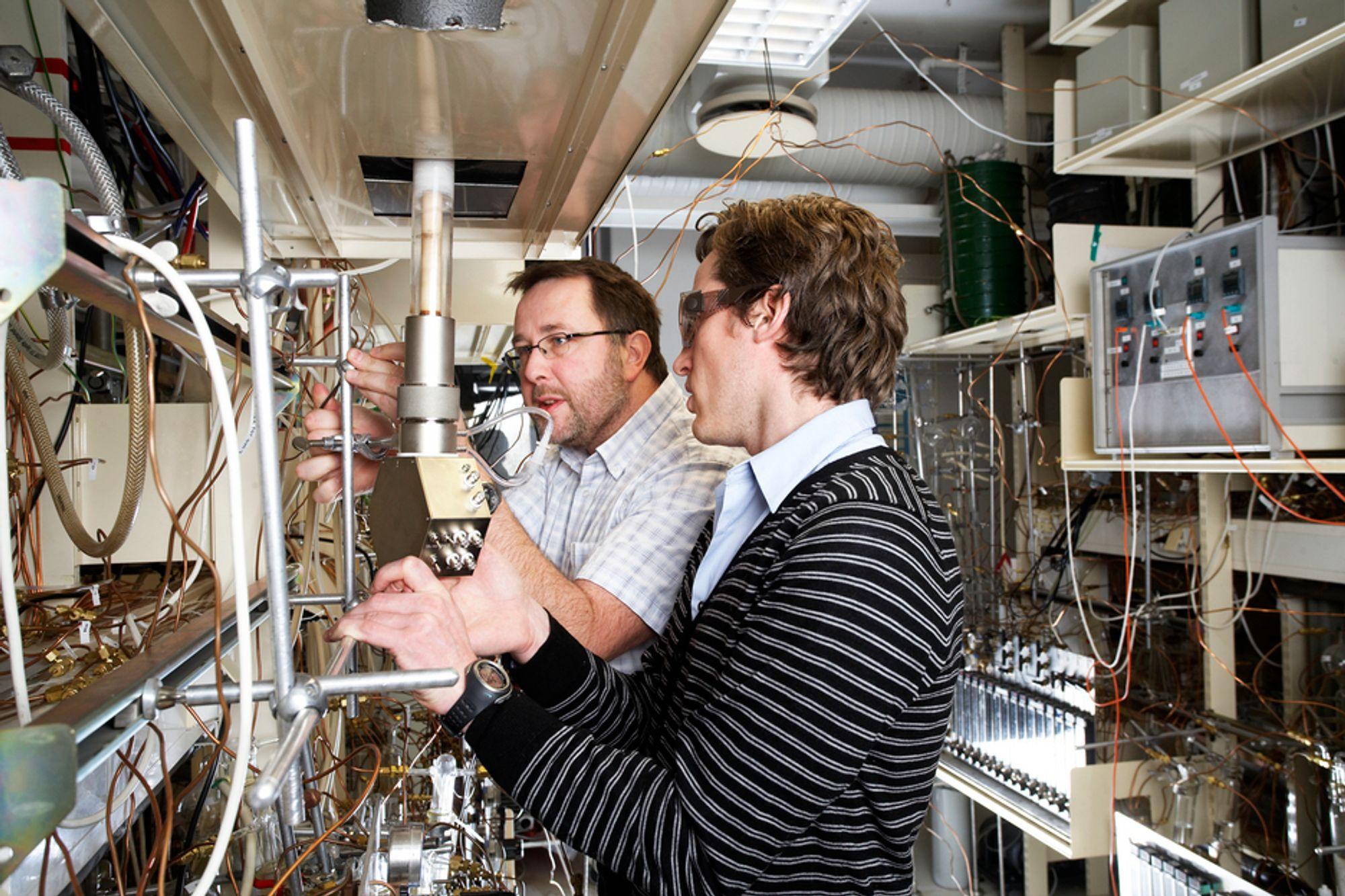 PROTIAS LAB: Dr. Reidar Haugsrud ved UiO (t.v.) og teknologiansvarlig Christian Kjølseth i Protia ser nærmere på selskapet teknologi. Den skal kunne konvertere naturgass direkte til flytende drivstoff uten CO2-utslipp.