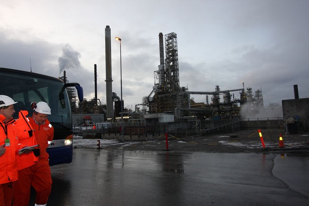 KONSERVATIVE KRAV: Energiministeren besøker Mongstad. Nå forventer Statoil strenge utslippskrav for aminer ved det planlagte CO2-renseanlegget. Det gjør at de ikke kan garantere for aminteknologien på et fullskala anlegg. I verste fall fordyrer og forsinker det anlegget.