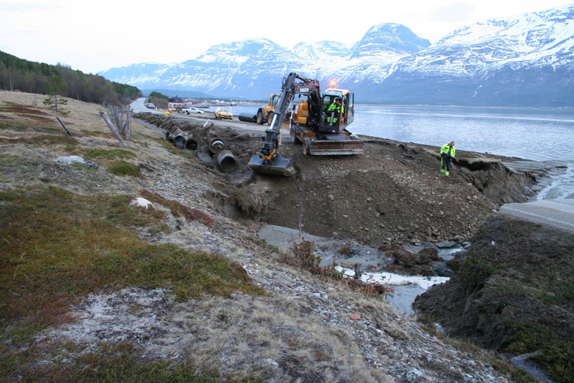På Røykenes nord for Skibotn har naturkreftene tatt store deler av E6. 1500 kubikk med masse har rast ut. Bruddstedet delte Norge i to. Flommen kom som følge av rekordvarme og påfølgende enorm snøsmelting. I løpet av en time var veien kuttet på to forskjellige steder. Her er mannskaper med gravemaskiner i arbeid med å utbedre bruddstedet.