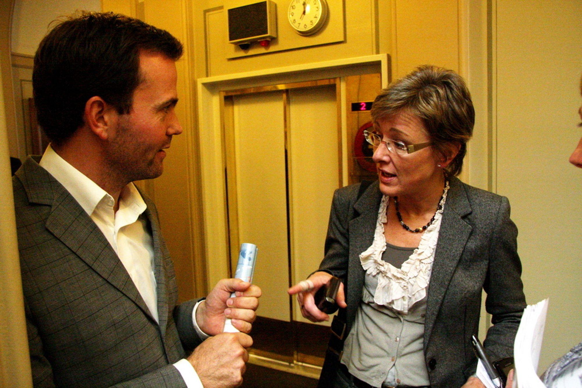 DISKUTERER: Statssekretær Sigrid Hjørnegård i Olje- og energidepartementet diskuterer med Marius Holm i Bellona om hvorfor CO2-fangstanlegget på Mongstad kan bli utsatt på ny.