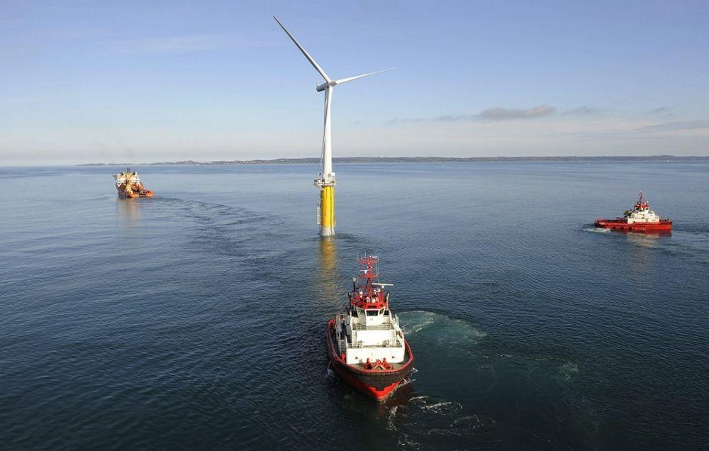 SATSER TIL HAVS: Statoils vindkraftsatsing begrenses nå til en vindmølle, mens all landbasert vind skal selges. Den flytende vindmøllen Hywind skal nå videreutvikles slik at den kan konkurrere på pris med bunnfaste turbiner til havs.