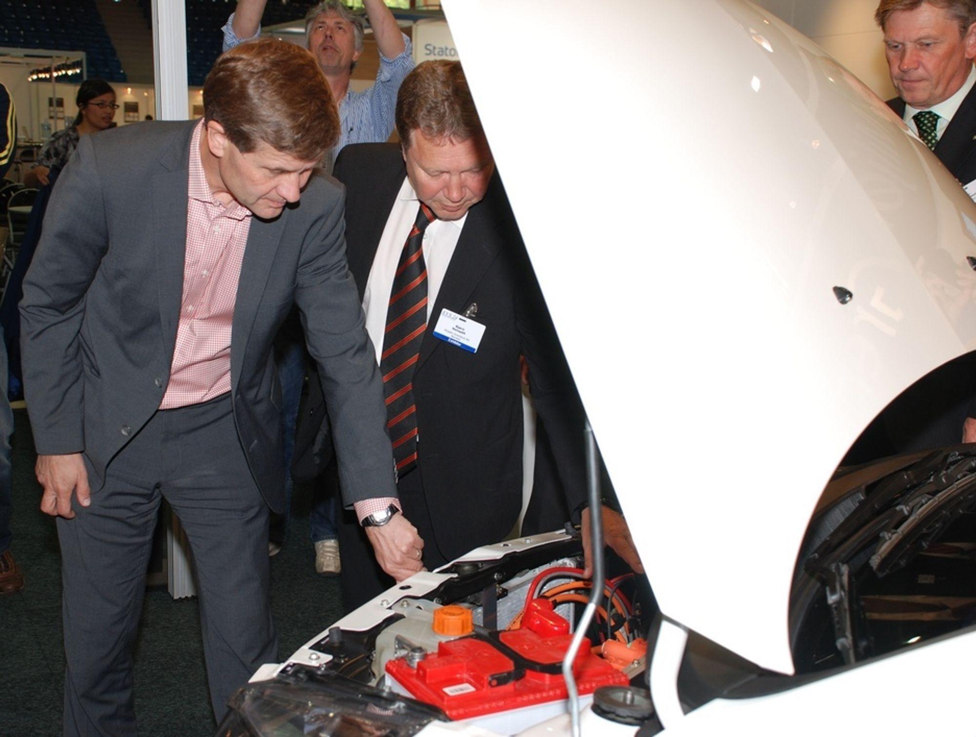 SIER OPP: Her viser Miljø Innovasjon-direktør Ivar Brynhildsvoll (f.h) og Miljøbil Grenland-direktør Bjørn Nenseth fram en Indica Vista EV-prototyp til blant andre miljø- og utviklingsminister Erik Solheim under EVS24 i Stavanger. Nå sier Miljøbil Grenland opp halve staben.