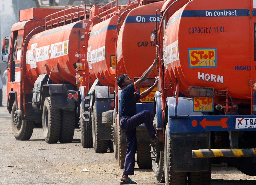 VIL HA MER: Tankbiler frakter oljeprodukter ut til kunder i Mumbai i India. Den globale etterspørselen etter råolje stiger mer enn ventet, het det i månedsrapporten som det internasjonale energibyrået IEA la fram torsdag.