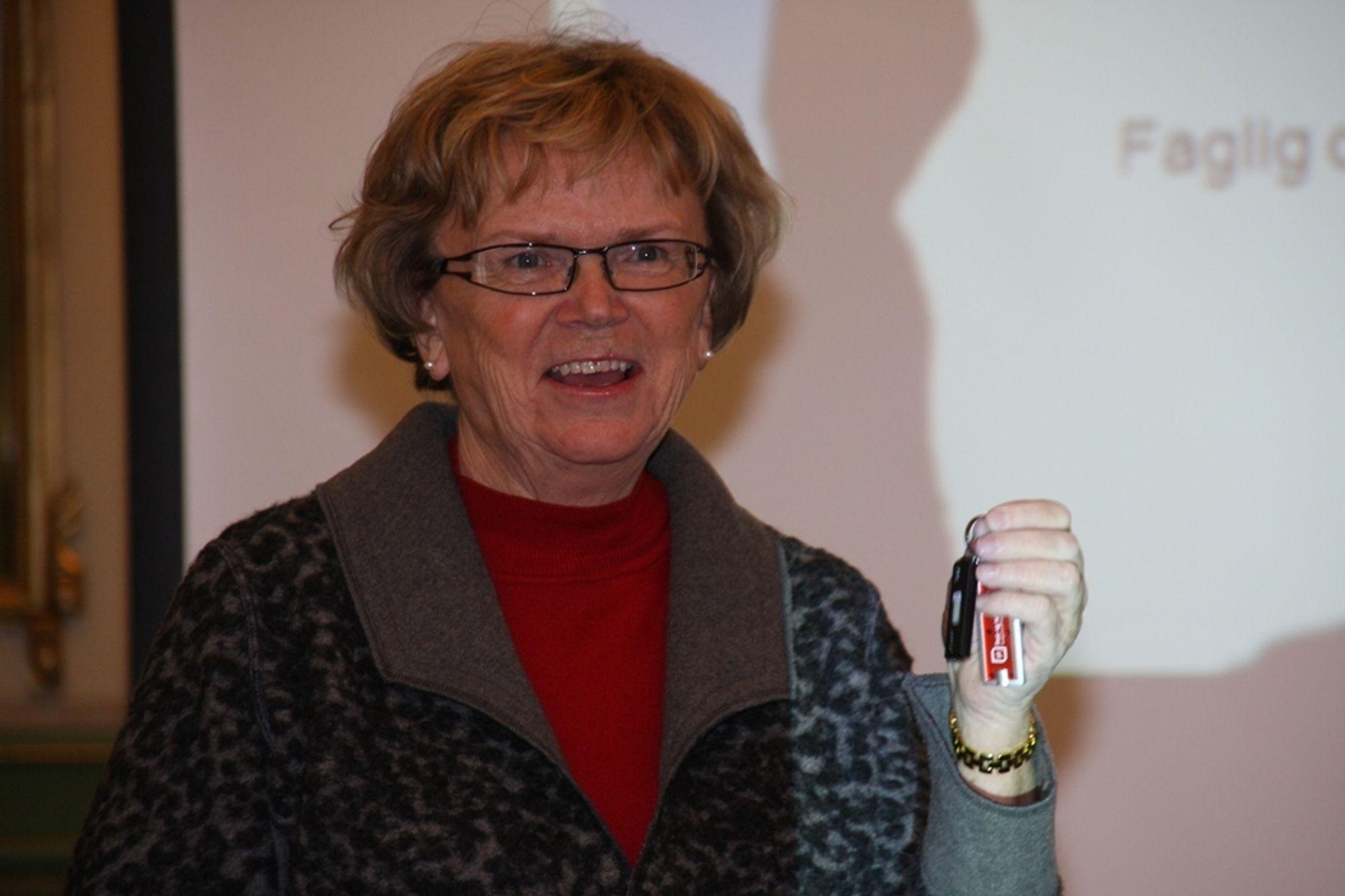 PINNE: Samferdselsminister Magnhild Meltveit Kleppa skal følge opp PTs anbefalinger, som hun fikk overrakt på en minnepinne, i budsjettarbeidet i neste måned.