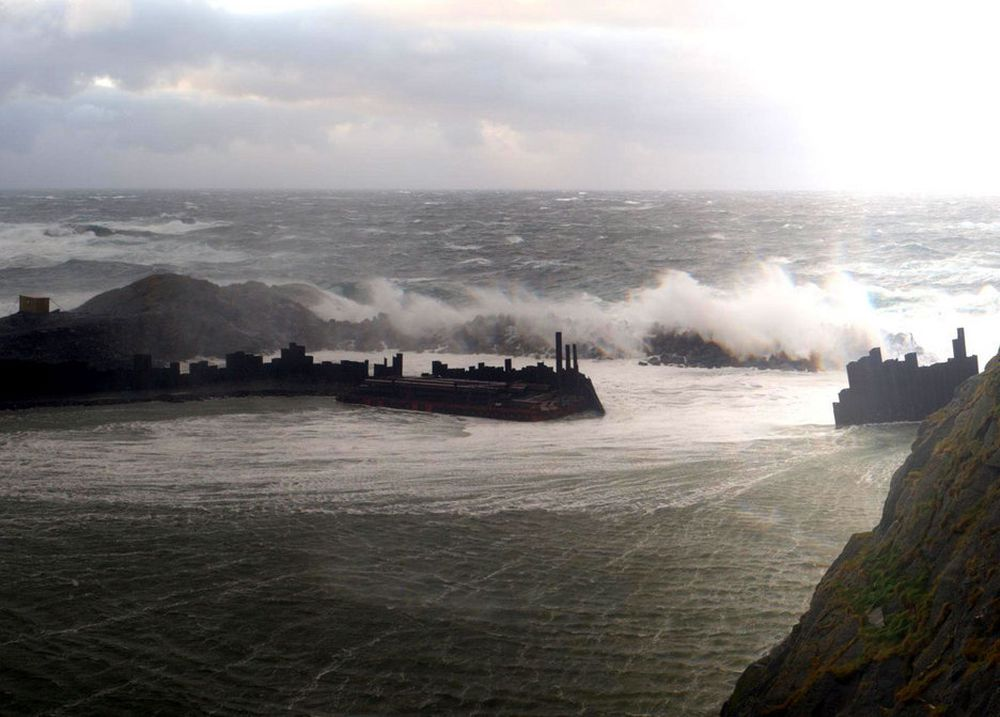 Moloen på utsiden av spuntveggen klarte ikke å stå i mot stormen som rammet Finnmark natt til 2. november. Dermed ble også spuntveggen bak delvis ødelagt.