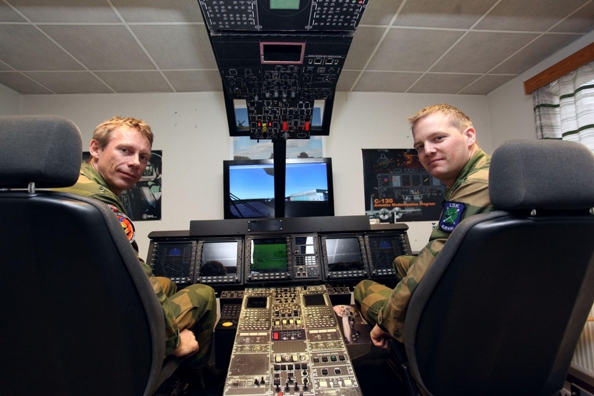GIR SYSTEMFORSTÅELSE: Tom Johansen (t.v) og Jens Eirik Norberg har konstruert denne NH90-prosedyresimulatoren. Den er laget for å gi teknikerne systemforståelse av den avanserte maskinen de nå straks skal begynne å jobbe med.
