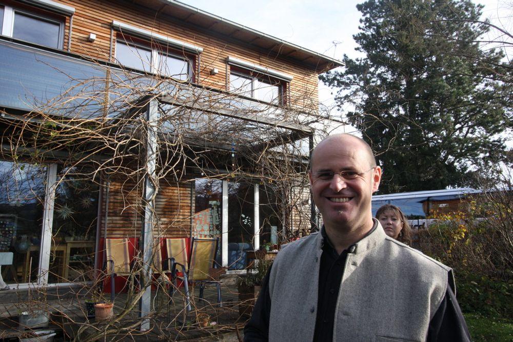 INDIVIDUELT: Arkitekt Henry Schuller foran eneboligen i passivhusstandard han tegnet for fem år siden. Huset er satt sammen av prefabrikkerte elementer, men er likevel ikke et industrielt