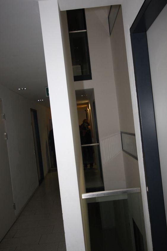 KORRIDORBELYSNING: Fem lyssjakter er fordelt gjennom korridoren. De gir lys både til kjøkkenvinduet på hyblene og lys til korridoren.
