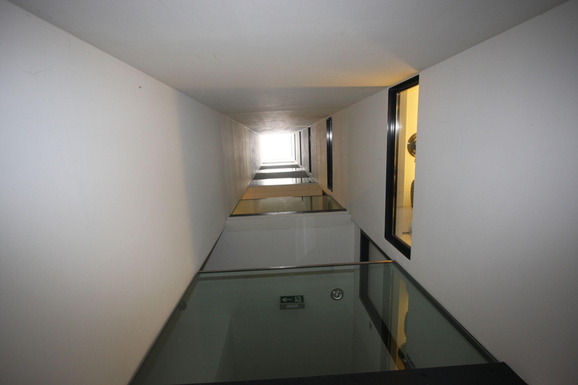 SJAKT: Studentboligen i Molkereistrasse i Wien er meget kompakt. For å sikre tilstrekkelig dagslys inn er det bygget inn syv lyssjakter. Til høyre i bildet vinduer til hyblene mens enden av korridorene som går gjennom bygningen sees i midten av bildet.