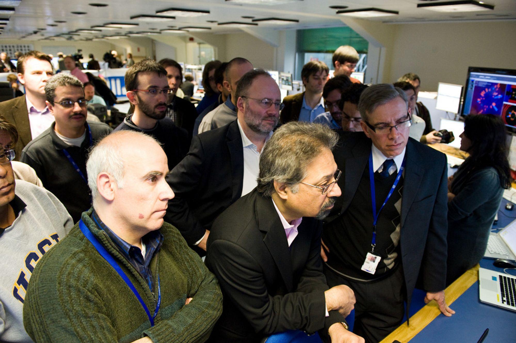 Stor spenning i CERNs lokaler før partikkelstrålene kolliderte tirsdag formiddag. Nå håper man på at dataene som skal produseres i løpet av de neste to årene vil gi svarene på mange av de store spørsmålene i fysikken.