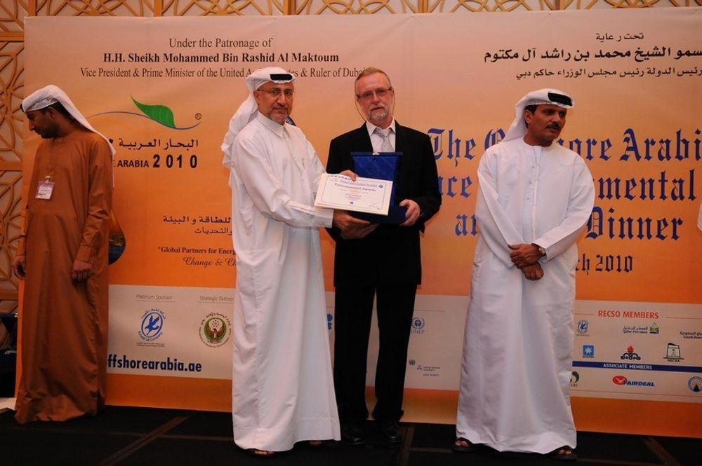 Jørn Heimstad, daglig leder for Ide til Produkt AS mottok prisen av Dr Rashid Ahmed Bin Fahad, Hav- og Miljøvernminister i Forente arabiske emirater.