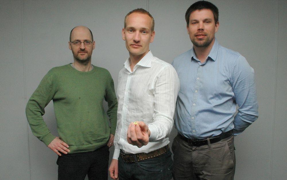 STORT MED SMÅTT: Niel Aakvaag, Knut Sandven og Håkon Sagberg har stor tro på sin trådløse optiske teknologi. MArkedet er olje og gassinstallsjoner både offshore og på land. - Vår sensor er god egnet for anlegg som skal oppgraderes, sier Knut Sandven.