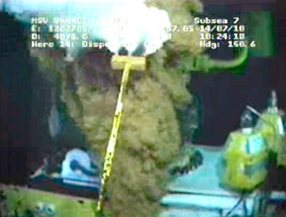 BP skal sjekke trykket i oljebrønnen i Mexicogolfen når oljestrømmen fra utslippet bremses av den nye oppsamlingshetten.