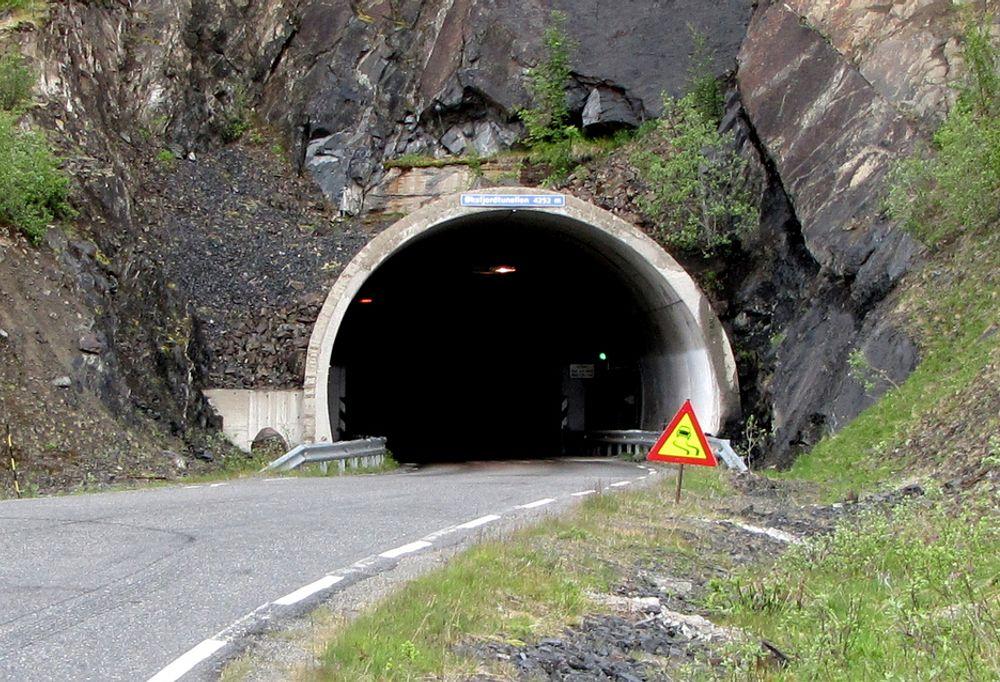 18. august er datoen å merke seg for entreprenører som vil oppgradere Øksfjordtunnelen. Bildet viser østre påhugg ved Storvik hvor det tidligere var fergeleie.